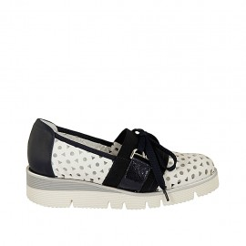 Chaussure pour femmes avec lacets et elastiques en cuir perforé blanc et cuir et cuir lamé bleu talon compensé 3 - Pointures disponibles:  32, 33, 34, 42, 43, 44, 45