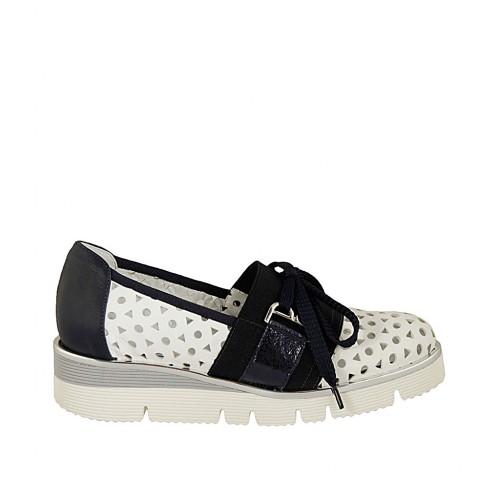 Zapato con cordones y elastico para mujer en piel perforada blanca y piel y piel laminada azul cuña 3 - Tallas disponibles:  32, 34, 42, 43, 44, 45