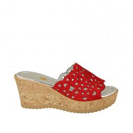 Offene Damenpantoletten aus rotem perforiertem Wildleder mit Plateau und Keilabsatz 7 - Verfügbare Größen:  32, 33, 34, 43, 45