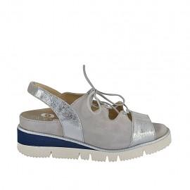 Sandalia para mujer con elastico, cordones y plantilla extraible en gamuza gris y piel laminada plateada cuña 4 - Tallas disponibles:  33, 34, 42, 43, 44