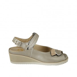 Woman's sandal with velcro strap and removable insole in pearly platinum leather wedge heel 4