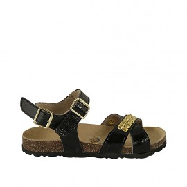 Woman's sandal in black patent leather with strap, buckle, accessory and wedge heel 2