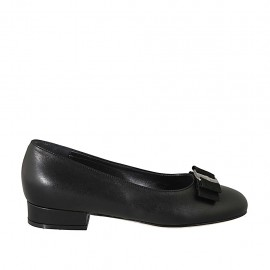 Woman's pump shoe with fabric bow in black leather heel 2
