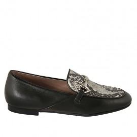 Damenmokassin aus schwarzem und bedrucktem Leder mit Accessoire Absatz 1 - Verfügbare Größen:  33, 34, 42, 43, 44, 45