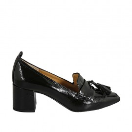 Woman's moccasin shoe with tassels in black patent leather heel 5