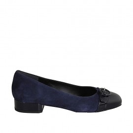 Woman's pump shoe with buckle in blue suede and patent leather heel 2