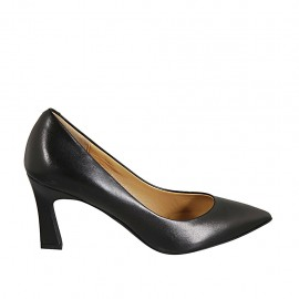 Woman's pointy pump in black leather with flared heel 7