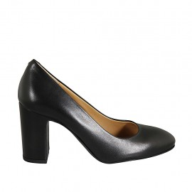 Woman's pump with rounded tip in black leather heel 8