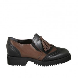 Woman's mocassin shoe with fringes, elastic bands and tassels in black and brown leather heel 3