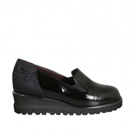 Woman's loafer in black patent leather and printed suede with elastic bands and removable insole wedge heel 4