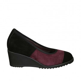 Woman's pump with removable insole in black and maroon suede wedge heel 6