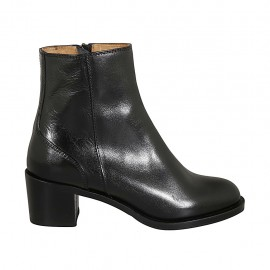 Woman's ankle boot in black leather with zipper heel 5