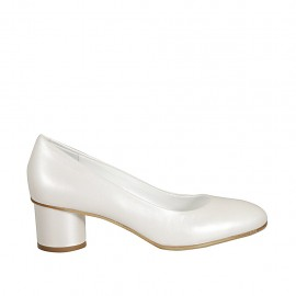 Woman's pump in ivory pearled leather heel 5
