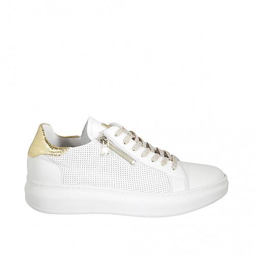 Zapato para mujer con cordones y plantilla extraible en piel perforada blanca y imprimida oro cuña 3 - Tallas disponibles:  42