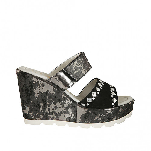 Zapato mule para mujer con plataforma, tachuelas y velcro en gamuza negra y tejido imprimido laminado plateado cuña 10 - Tallas disponibles:  31, 32, 33, 34, 42, 43, 44