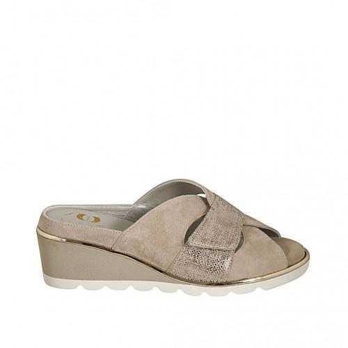Zapato mule para mujer con plantilla removible y velcro en gamuza beis y platino cuña 5 - Tallas disponibles:  44