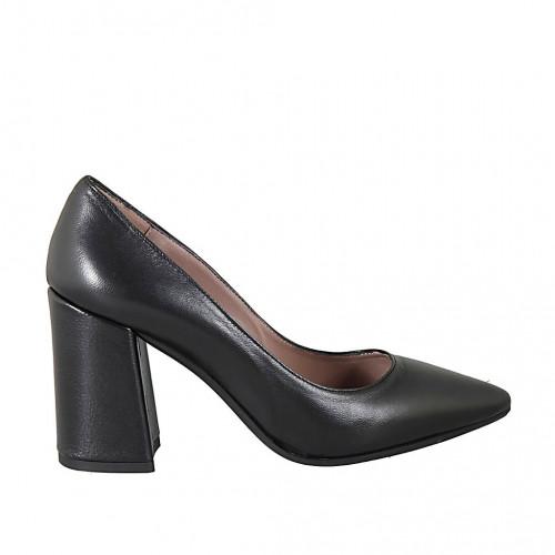 Woman's pointy pump shoe in black...