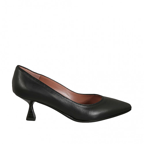 Woman's pointy pump in black leather...