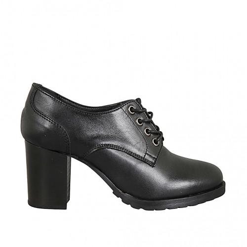 Woman's derby laced shoe in black...