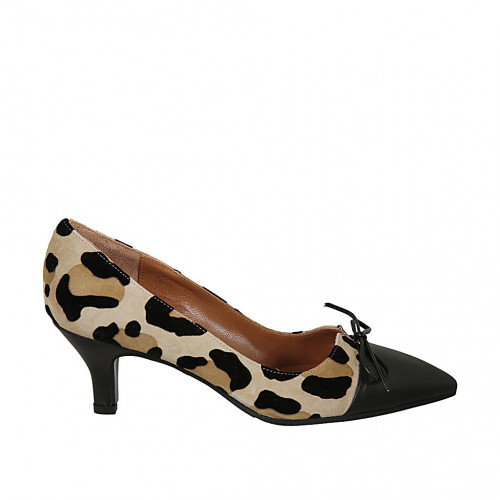 Woman's pointy pump shoe with bow in...